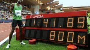 Le Botswanais Nijel Amos pose devant son très bon chrono sur 800 m au meeting de Ligue de diamant de Monaco, le 12 juillet 2019