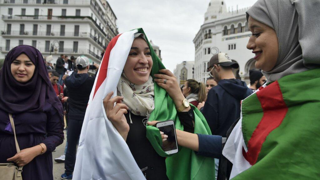 Con motivo del Día de la Mujer, las mujeres argelinas se encuentraron en primera línea para el tercer viernes de protestas contra Bouteflika.