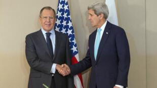 Le secrétaire d'État américain John Kerry et le ministre russe des Affaires étrangères Sergueï Lavrov à Genève le 2 mars 2015.