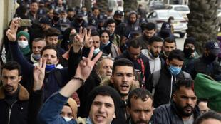 طلاب يرددون شعارات أثناء تظاهرهم في وسط العاصمة الجزائرية في 23 شباط/فبراير 2021 في اليوم الثاني للذكرى الثانية للحراك
