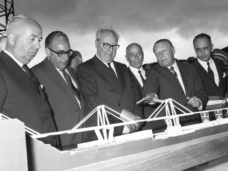 En 1967, le jour de l'inauguration de l'édifice, le président italien, Giuseppe Saragat (au milieu), et l'ingénieur Riccardo Morandi (deuxième en partant de la droite), observent la maquette de l'ouvrage autoroutier et saluent sa modernité. Il faut dire qu'à sa construction, le viaduc Morandi est une construction innovante, car sa structure en béton s'apparente à un pont à haubans, mais avec deux tirants en béton, au lieu d'une série de câbles en acier. Mais le procédé s'avère aussi très peu résilient : si un seul morceau lâche, tout le pont tombe. Cette technique de construction n'est d'ailleurs plus utilisée aujourd'hui.