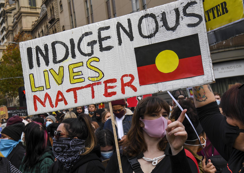 Des manifestants à Melbourne rejoignent le mouvement mondial contre la discrimination raciale et les méthodes policières, le 6 juin 2020, en Australie.