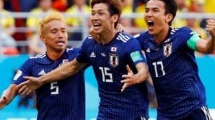 لاعبو المنتخب الياباني يحتفلون بهدف الفوز في مرمى كولومبيا (2-1)