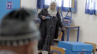 Une Arabe israélienne vote à Haïfa, dans le nord du pays, mardi 17 mars.