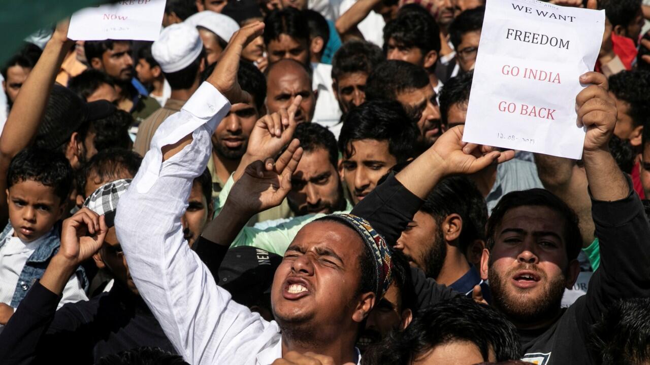 Manifestantes cachemiros proclaman consignas anti-India durante la manifestación del domingo 11 en la ciudad de Srinagar.