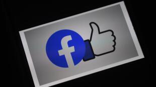 """(FILES) Facebook, dont on voit ici le logo, promet d'investir """"au moins"""" un milliard de dollars dans les contenus d'actualité sur les trois prochaines années"""
