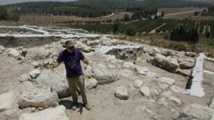 Yosef Garfinkel, qui dirige l'Institut d'archéologie de l'université hébraïque de Jérusalem, visite le 8 juillet 2019 un site qui semble être l'emplacement de la ville philistine de Ziklag, dans le centre d'Israël