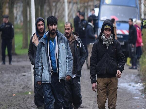 """لاجئون يستعدون لمغادرة مخيم """"كاليه"""" وسط اجراءات أمنية مكثفة"""