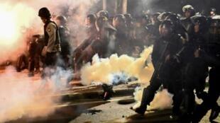 الشرطة الاندونيسية تطلق الغاز المسيل للدموع لتفريق متظاهرين أمام مكتب هيئة مراقبة الانتخابات في جاكرتا، الأربعاء 22 مايو/أيار 2019