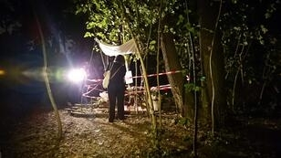 La presidenta de una organización LGBT mira el lugar donde fue asesinada Vanesa Campos de 36 años en la noche del 16 al 17 de agosto de 2018. Sus colegas y amigas han levantado una especie de santuario, rodeado por las cintas de la policía, y donde carteles con fotos de Vanessa piden justicia.