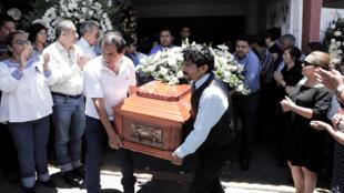 Familiares portan el cofre de la concejal municipal de Juan Galindo, Erika Cazares.