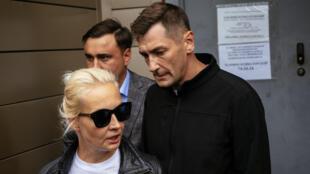 يوليا نافالنيا زوجة المعارض الروسي أليكسي نافالني وشقيقه أوليغ (إلى اليمين) في 21 آب/أغسطس 2020 في أومسك السيبيرية