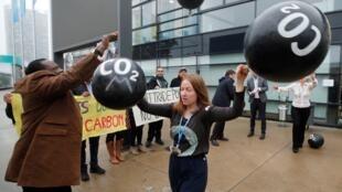 نشطاء يتظاهرون ضد انبعاثات ثاني أكسيد الكربون خلال مؤتمر حول المناخ في بون بألمانيا 17 نوفمبر 2018