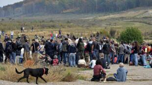 Des militants écologistes devant le mémorial dressé en mémoire de Rémi Fraisse, tué par les gendarmes en octobre 2014 sur le site de Sivens.