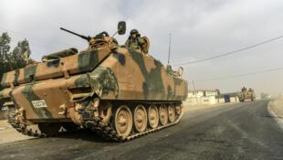 """Un char de l'opération turque """"Bouclier de l'Euphrate"""" entre dans la ville frontalière de Karkamis en Syrie, le 25 août 2016."""