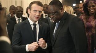 El presidente de Francia Emmanuel Macron habla con su homólogo senegalés Macky Sall durante una reunión en Dakar el 2 de febrero de 2018.