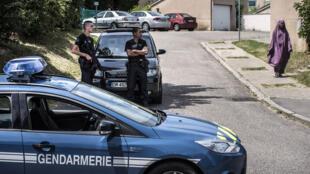 الشرطة الفرنسية في مداهمات تلت الاعتداء على مصنع للغاز قرب ليون في 26 حزيران/ يونيو 2015