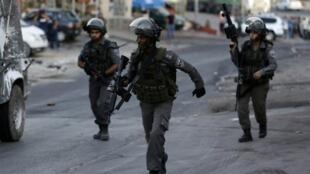 قوات الأمن الإسرائيلية خلال مواجهات مع متظاهرين فلسطينيين في الضفة الغربية في 30 أيلول/سبتمبر 2015