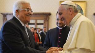Le pape François et le président palestinien (à gauche) se sont échangés des cadeaux au cours d'une audience privée, samedi 16 mai au Vatican.