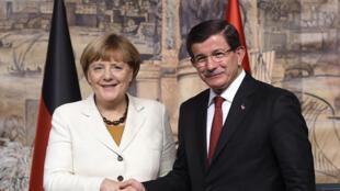 Ahmet Davutoglu et Angela Merkel lors d'une rencontre à Istanbul dimanche 19 octobre.