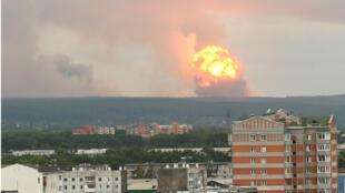 Vista de la explosión de un arsenal de proyectiles de artillería ubicado en una unidad militar, a unos 10 kilómetros de la ciudad de Achinsk, en Krasnoyarsk (Rusia), que se produjo este lunes y provocó un gran incendio al que ha seguido una serie de explosiones. El fuego fue apagado este martes 6 de agosto de 2019.