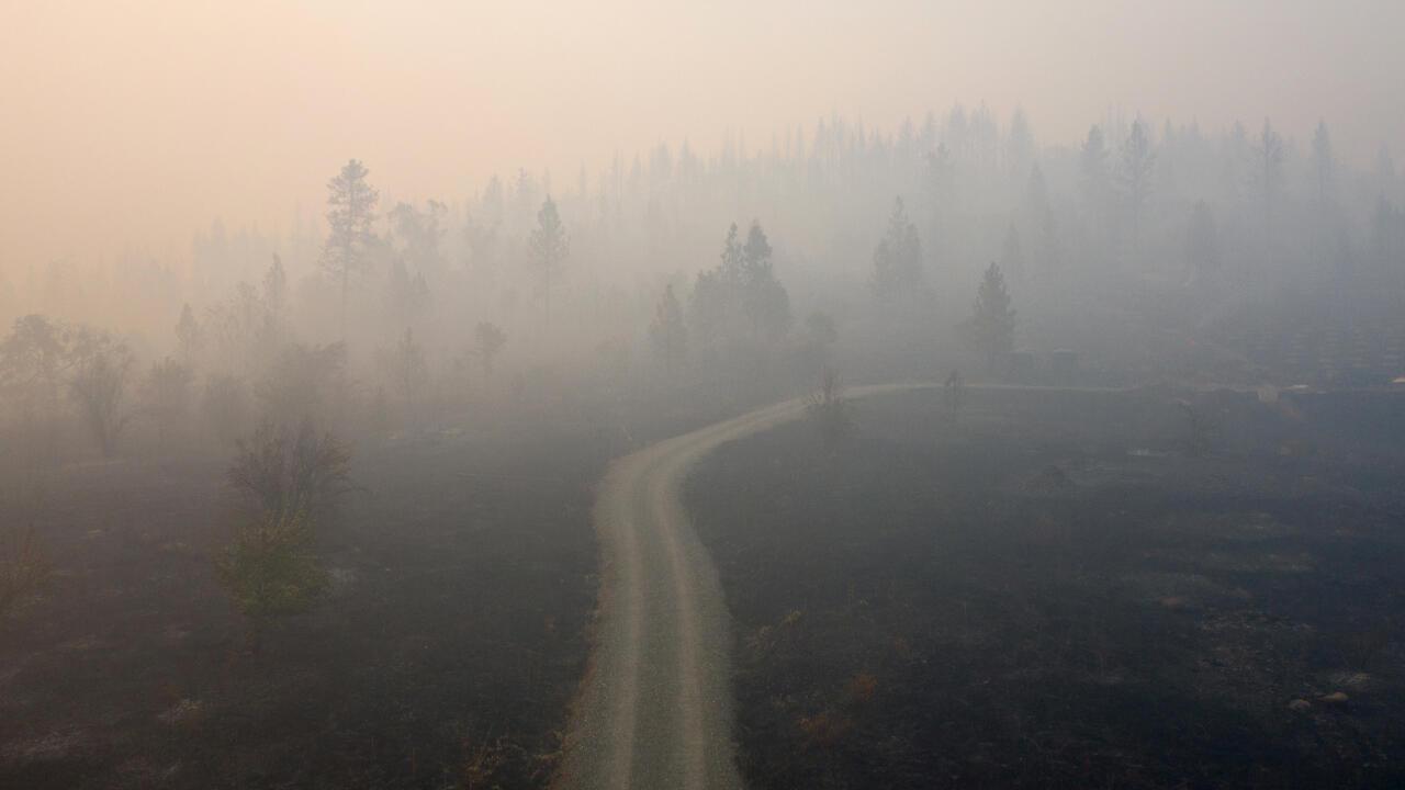 El humo del fuego Obenchain cubre una ladera en Eagle Point, Oregon, Estados Unidos, el 10 de septiembre de 2020.
