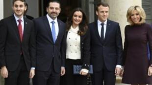الرئيس الفرنسي ايمانويل ماكرون وزوجته بريجيت يستقبلان رئيس الوزراء اللبناني المستقيل سعد الحريري وزوجته لارا وابنهما البكر حسام في قصر الإليزيه في 18 تشرين الثاني/نزفمبر 2017 في باريس