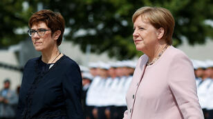 """La canciller alemana, Angela Merkel, y la ministra de Defensa, Annegret Kramp-Karrenbauer, atienden la ceremonia en conmemoración de la """"Operación Valkiria"""""""