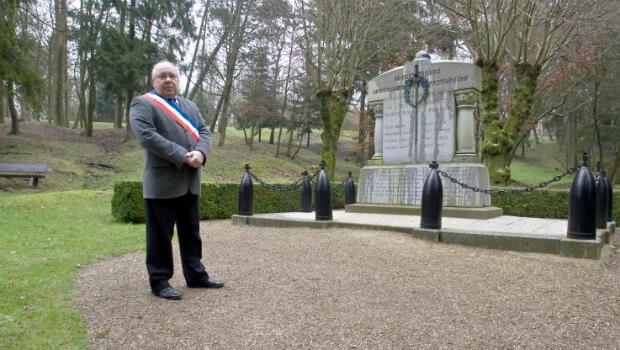 Le maire Jean-Pierre Laparra près du monument aux morts de Fleury-devant-Douaumont