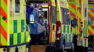 Des ambulanciers londoniens transportant un patient atteint du Covid-19.
