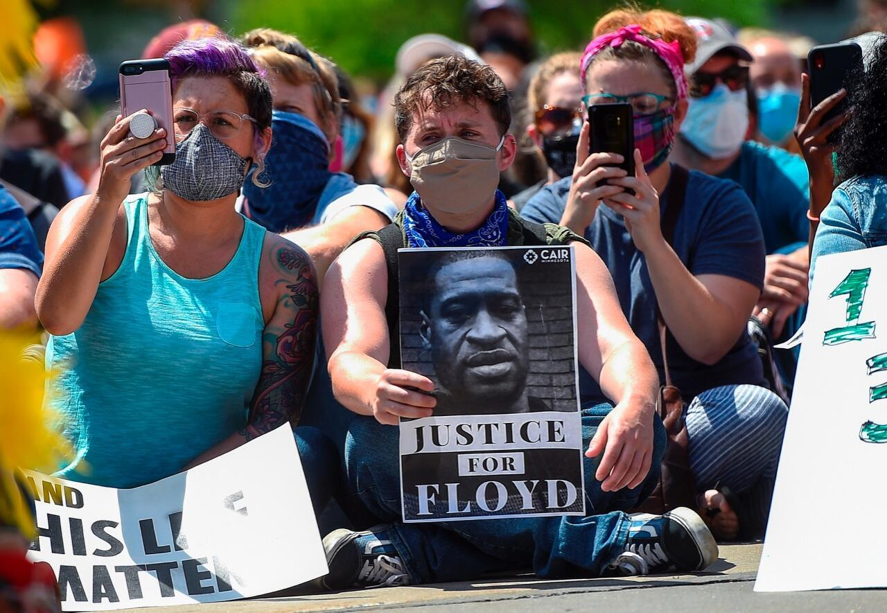 Cientos de personas se manifiestan en Estados Unidos, contra la muerte del ciudadano afroamericano George Floyd, a manos de un policía. En Nueva York, Estados Unidos, el 1 de junio de 2020.
