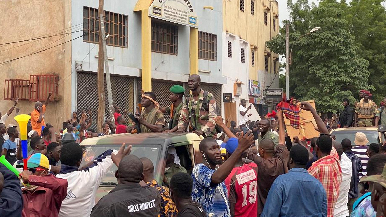 Los soldados malienses se celebran cuando llegan a la plaza de la Independencia en Bamako el 18 de agosto de 2020.