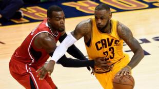 Les Cleveland Cavaliers de LeBron James affronteront en finale NBA le vainqueur de la finale de la conférence Ouest opposant les Golden State Warriors aux Houston Rockets.