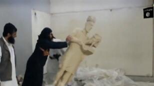 """عناصر تنظيم """"الدولة الإسلامية"""" يحطمون تماثيل أثرية آشورية"""