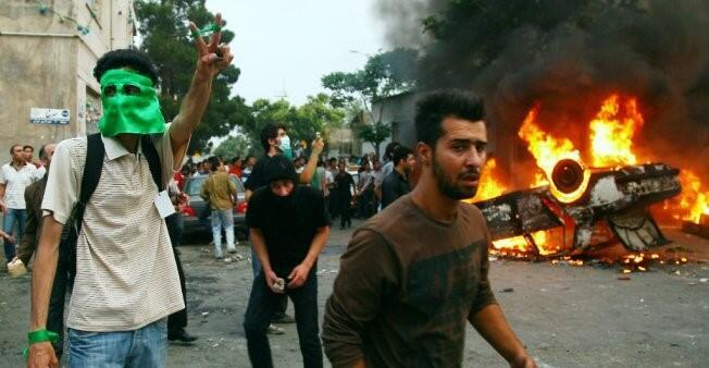 شبان يتظاهرون ضد سياسة نظام ولاية الفقيه.