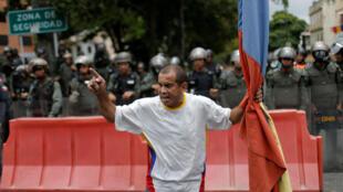 Manifestante cerca de una base militar en Caracas, Venezuela, el 4 de mayo de 2019.