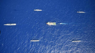سفينة التنقيب التركية في الوسط ترافقها قطع عسكرية تركية