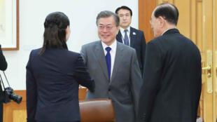 Le président sud-coréen Moon Jae-in a accueilli Kim Yo-jong, la sœur de Kim Jong-un, et Kim Yong-nam, chef de l'État nord-coréen, à la Maison bleue, vendredi 10 février.