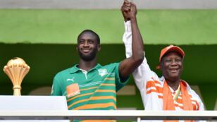 Le président Ouattara en compagnie du capitaine de la sélection ivoirienne Yaya Touré.