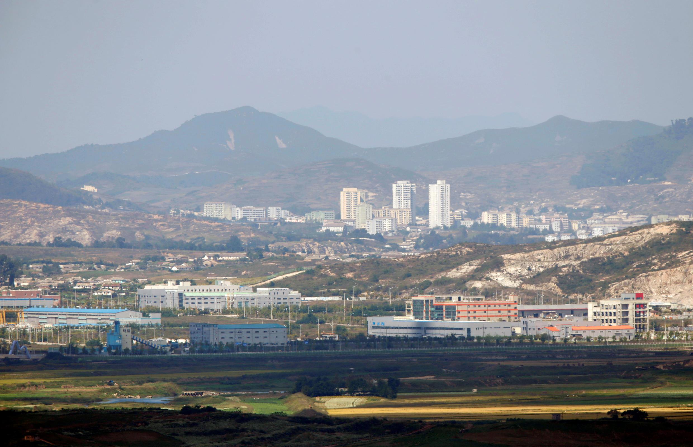 تُرى مدينة كايسونغ عبر المنطقة المنزوعة السلاح التي تفصل بين كوريا الشمالية وكوريا الجنوبية في هذه الصورة المأخوذة من مرصد دورا في باجو، على بعد 55 كم (34 ميلا) شمال سول ، 25 سبتمبر/أيلول 2013.