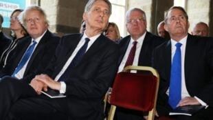 من اليسار وزير الخارجية البريطاني بوريس جونسون ووزير المالية فيليب هاموند ووزير التجارة الخارجية ليام فوكس في هاليفاكس في أيار/مايو 2017