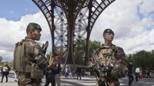Des militaires de l'opération Sentinelle au pied de la Tour Eiffel.