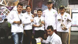 Un grupo de excombatientes de las FARC llegan a Agroexpo, la feria agropecuaria más importante de Colombia, para exhibir por primera vez sus proyectos productivos en el marco del proceso de reincorporación, en Bogotá, Colombia, el 17 de julio de 2019.