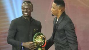 المهاجم السنغالي لنادي ليفربول الإنكليزي ساديو مانيه خلال تسلمه جائزة أفضل لاعب في إفريقيا لعام 2019