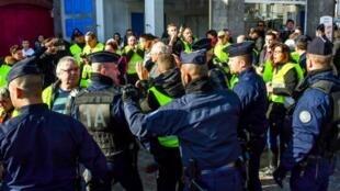 """تجمع لعناصر في حركة """"السترات الصفراء"""" بمنقطة السوم (شمال فرنسا)، 9 تشرين الثاني/نوفمبر 2018"""