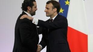 إيمانويل ماكرون يصافح سعد الحريري في 6 نيسان/أبريل 2018 في باريس.
