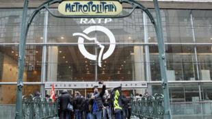Des grévistes devant le siège de la RATP le 9 mars 2016, journée de mobilisation contre la Loi travail.