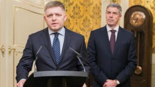 El primer ministro eslovaco (i) acompañado por el líder de la minoría húngara Belá Búgar cuando ofrecía detalles de su dimisión