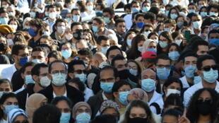 طالب أطباء وطلاب الطب في تونس بإقالة وزير الصحة خلال احتجاج يوم 4 ديسمبر 2020 أمام مقر الوزارة بعد وفاة طبيب إثر سقط مصعد مستشفى.