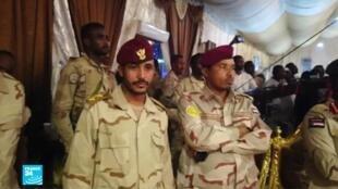 متظاهرون سودانيون أمام مقر قيادة الجيش في الخرطوم في 27 أيار/مايو 2019